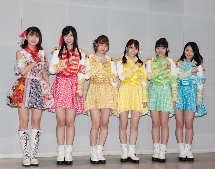 写真左から:渡邉幸愛、溝手るか、渡邉ひかる、宮崎理奈、浅川梨奈、内村莉彩