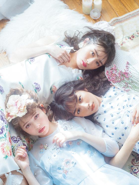 上:渡辺梨加 中:黒木ひかり 下:加藤ナナ「girl's dreamin' 」|『LARME 039』