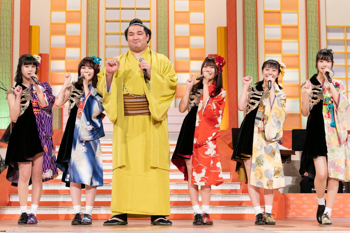 """まねきケチャ、<NHK福祉大相撲>で竜電関と「U.S.A.」を披露! """"初めてお相撲さんに会えて感動しました"""""""