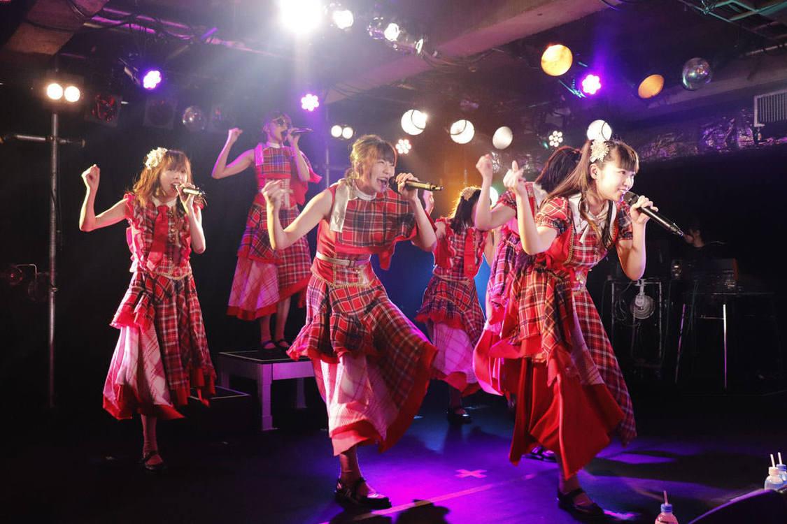 【ライブレポート】エビ中、ライブハウスツアー終幕。10年の歩みが凝縮したセトリでファンを魅了!